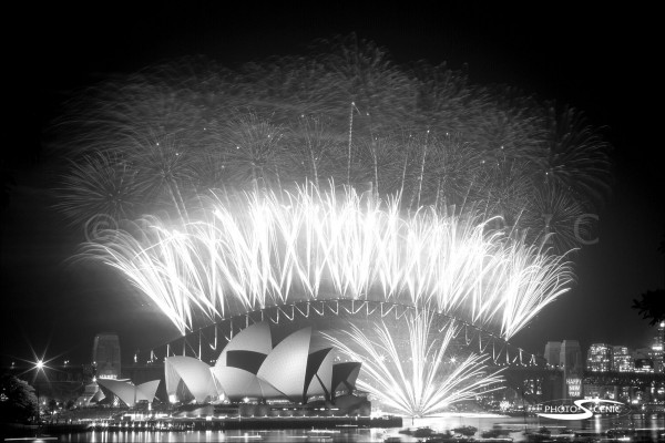 Sydney_New_Year_-Eve_Fireworks_2003_2004_003.jpg