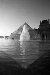 Paris_Le_Louvre_black_and_white_photos_027.jpg